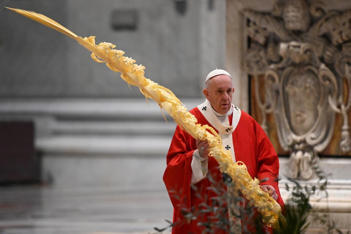 Papež František sloužil při Květné neděli mši bez poutníků