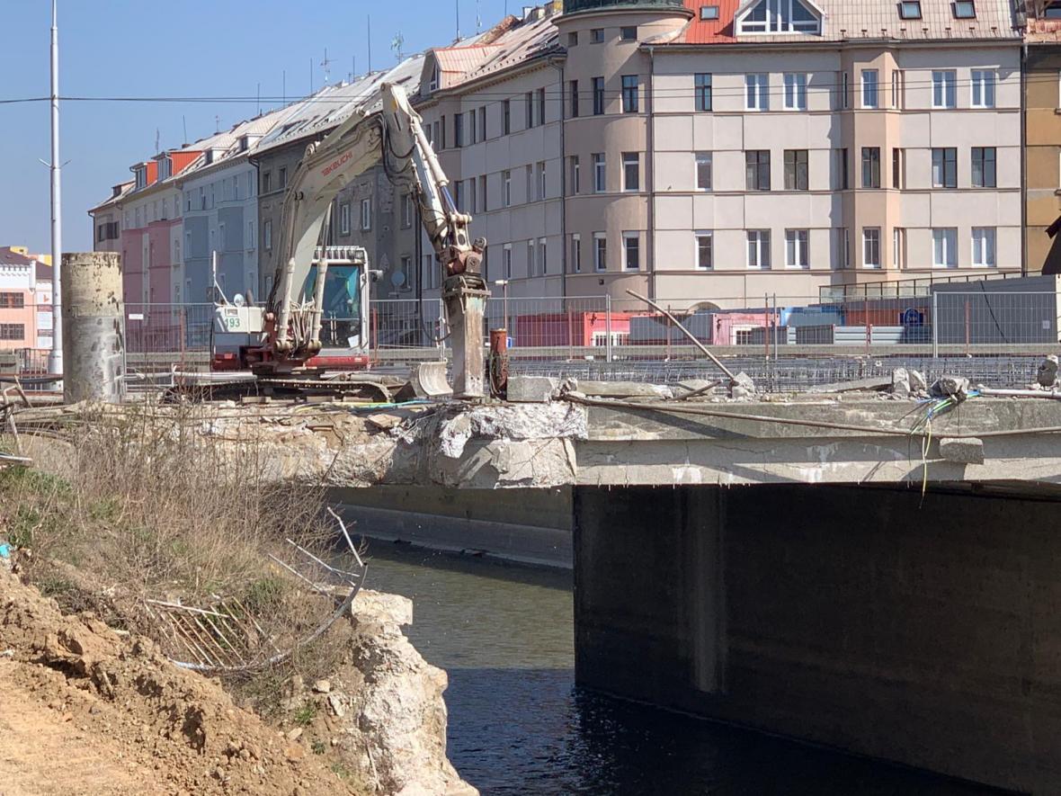 Začalo bourání mostu v centru Olomouce