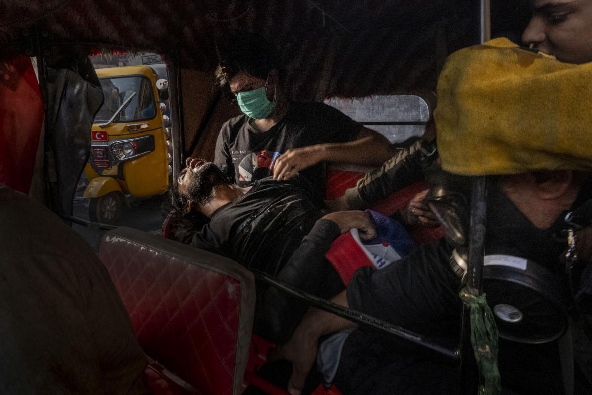 Vítězná fotografie PHOTO OF THE YEAR: Straight Voice. Mladý muž ve světle mobilních telefonů recituje na protest báseň během blackoutu v súdánském Chartúmu