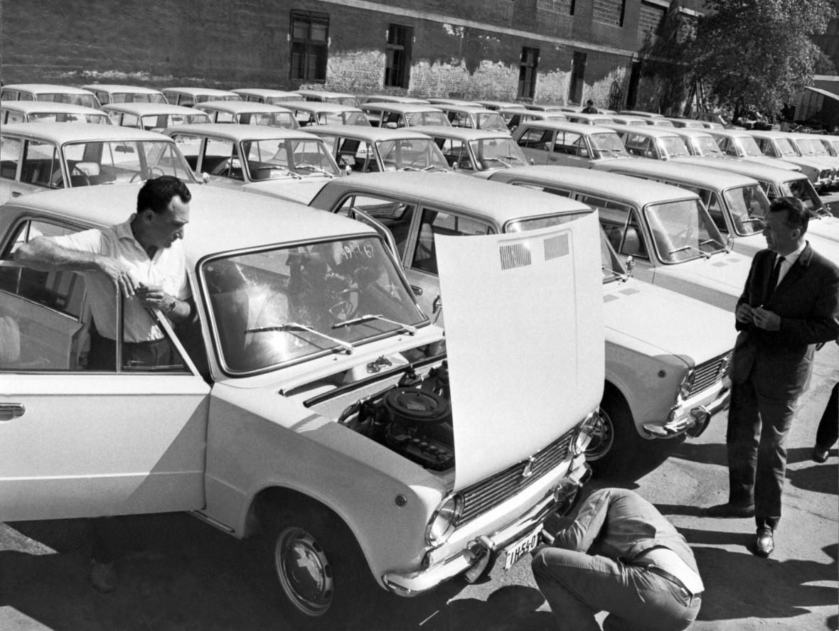 V polovině června roku 1971 dovezlo Maďarsko první sovětské vozy Žiguli. Maďarský průmysl k nim tehdy vyráběl 18 druhů součástí. Na snímku první dovezené automobily Žiguli do Maďarska.