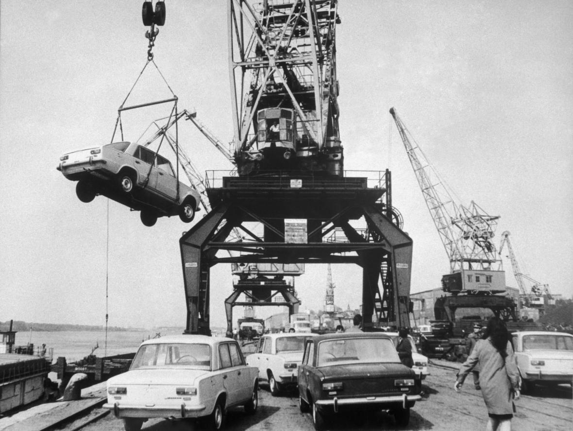 Říční přístav Ruse na Dunaji v Bulharsku býval důležitým překladištěm zejména pro zboží ze socialistických zemí. Na snímku vykládání nových automobilů značky Žiguli ze Sovětského svazu v roce 1974.