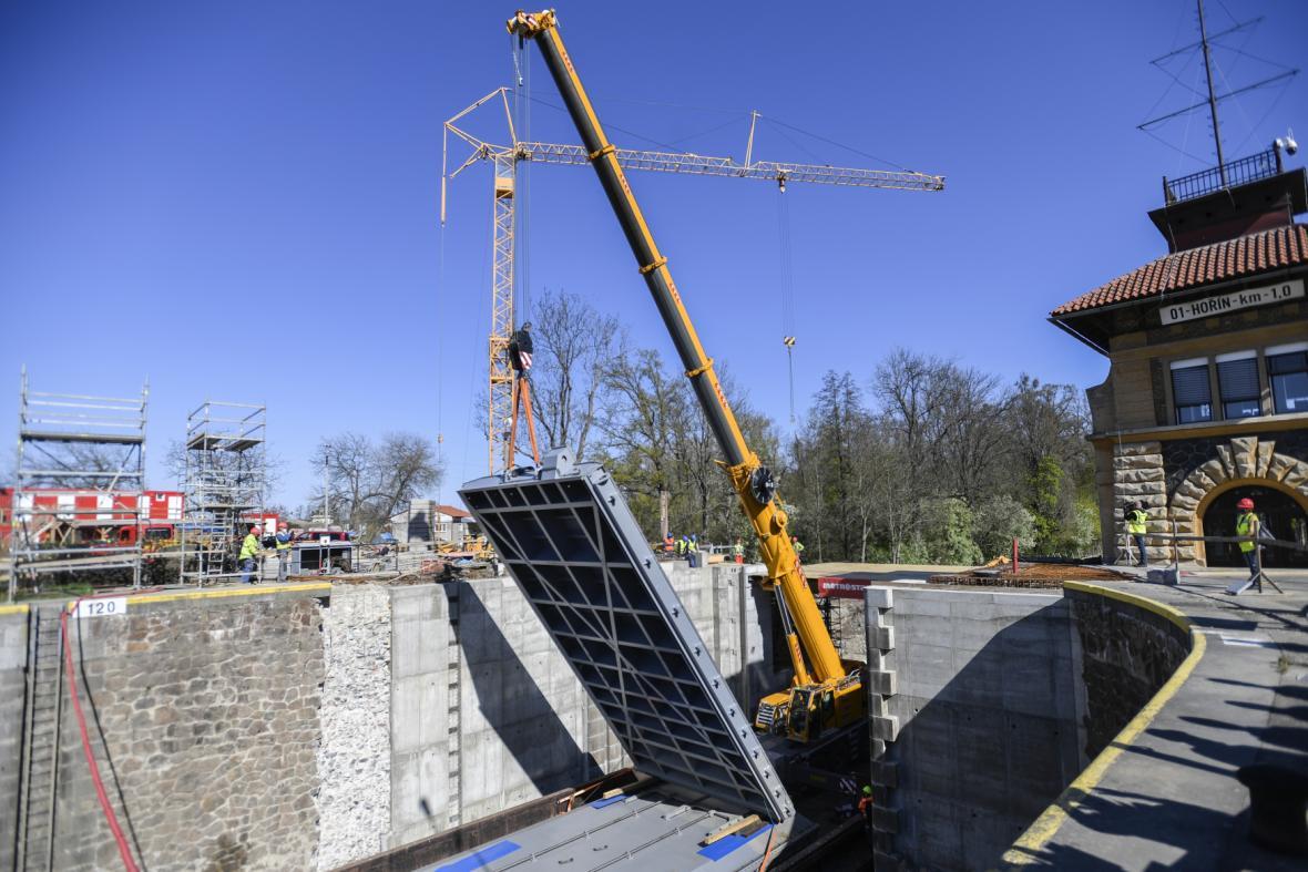 Instalace nových vrat v plavební komoře Hořín