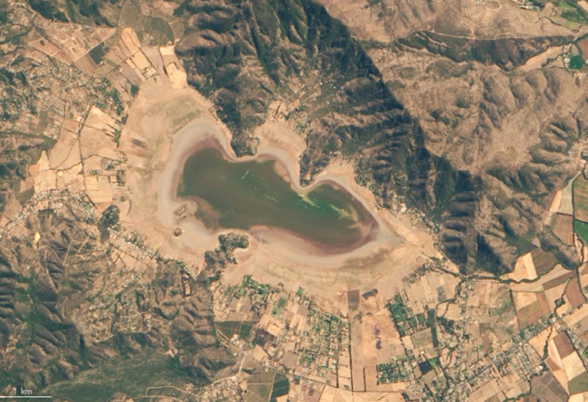 Satelitní snímky jezera Laguna de Aculeo: vlevo únor 2014, vpravo březen 2019