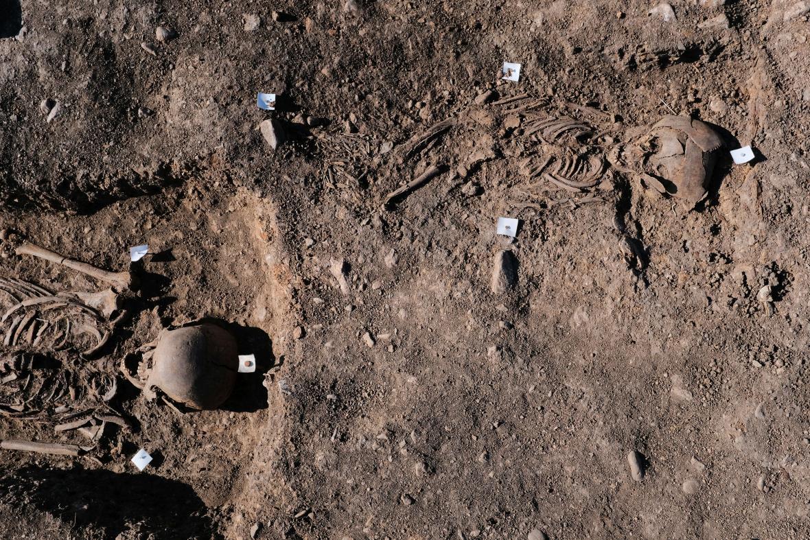 Archeologický výzkum raně středověkého pohřebiště. Zhruba uprostřed se nacházel kostelík a ještě jedna větší sakrální stavba, jejíž určení není zatím známé.V dálce pod horami je vidět město Osek