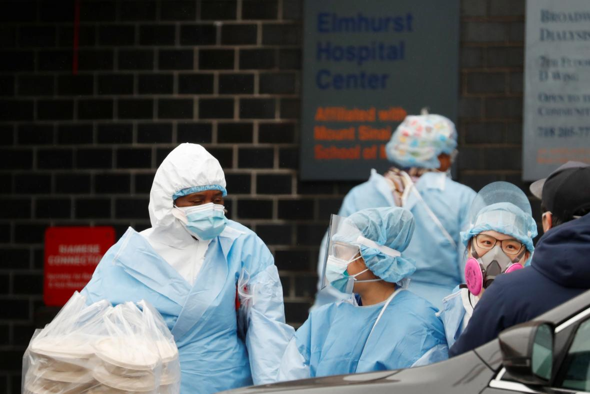 Zdravotníci v newyorské nemocnici Elmhurst