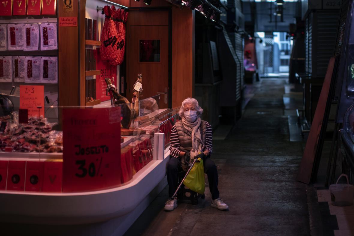 Žena na prázdném tržišti v Barceloně