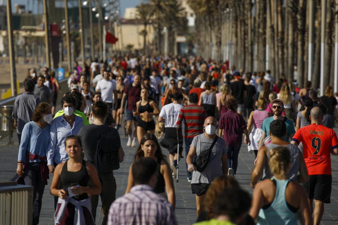 Ve Španělsku po uvolnění restrikcí lidé zaplnili promenády a veřejná prostranství