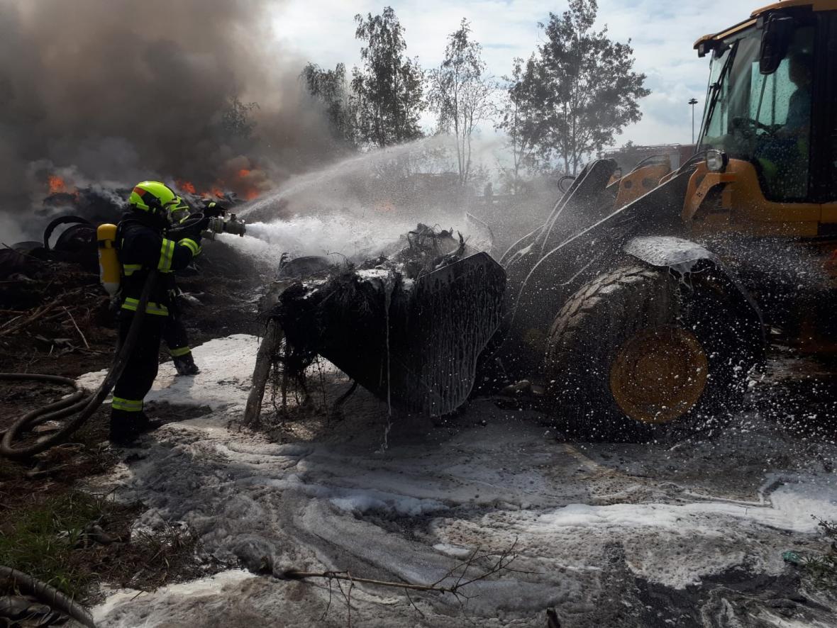 Ve Zdechovicích hoří skládka pneumatik