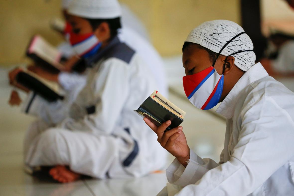 Muslimští studenti z internátní školy Daarul Qur'an Al Kautsar v indonéském Bogoru v provincii Západní Jáva studují Korán