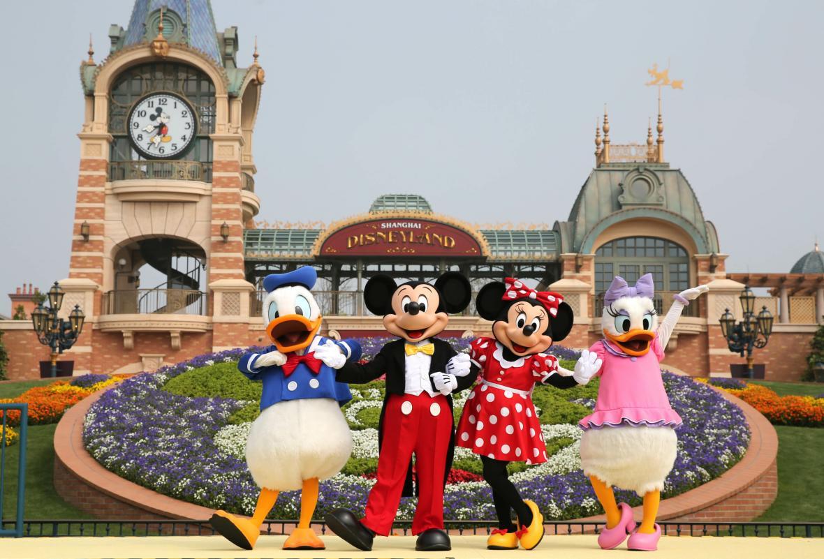 V Šanghaji znovuotevřeli zábavní park Disneyland. Vyprodáno je na několik dní dopředu