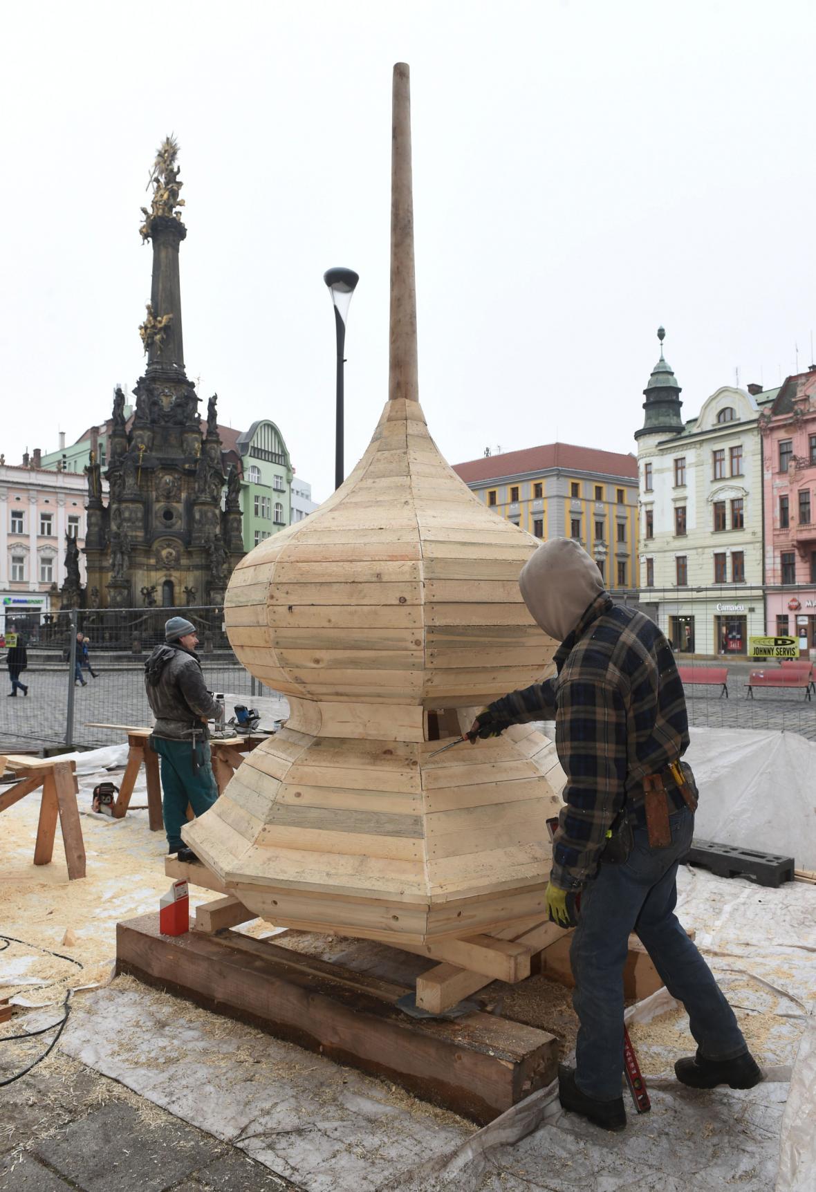 Stavba cibuové báně věžičky, která se nachází na střeše nad orlojem