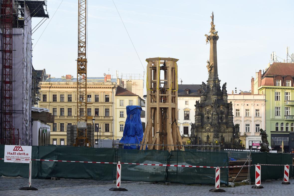 Na Horním náměstí dělníci připravovali čtrnáctimetrovou spodní část dřevěné konstrukce věže (říjen 2019)