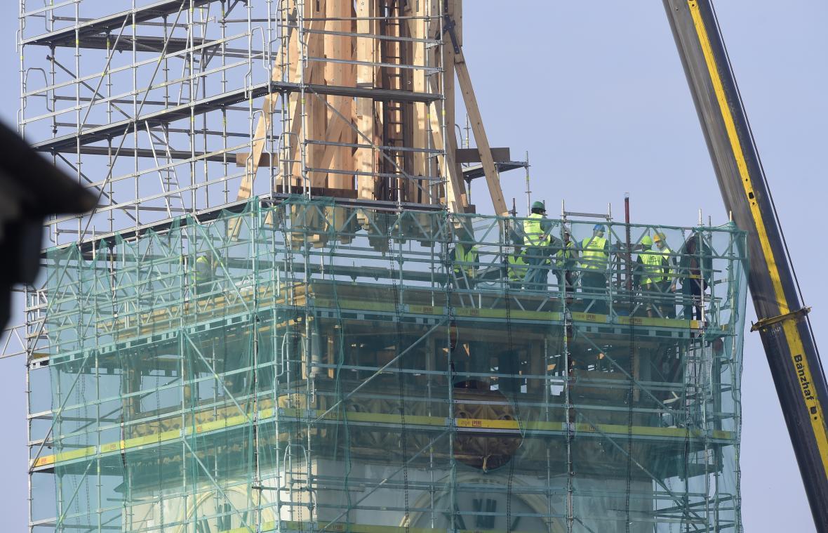 Autojeřáb vynesl 23. října 2019 na kamenný ochoz radnice první část dřevěné konstrukce nové věže