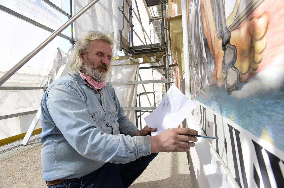 Akademický malíř a restaurátor Radomír Surma při dokončování malby slunečních hodin na fasádě historické budovy radnice