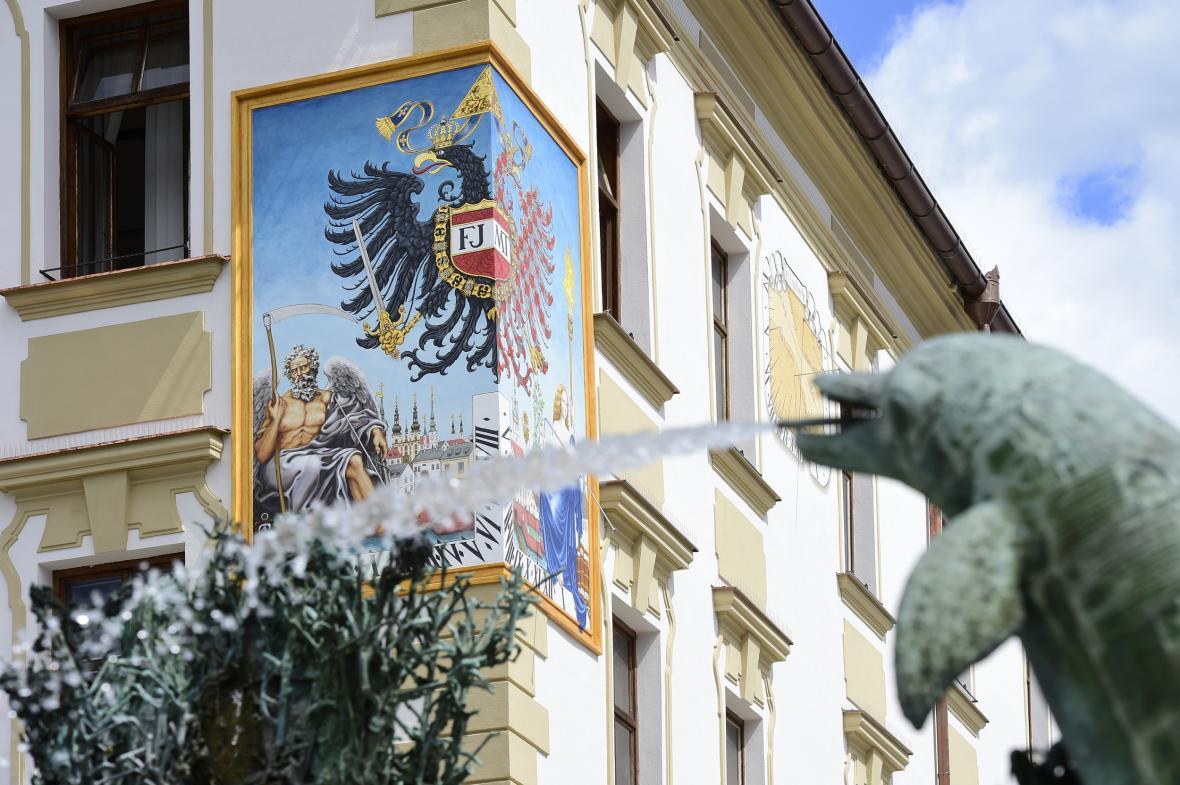 Obnovené nárožní sluneční hodiny na fasádě olomoucké radnice