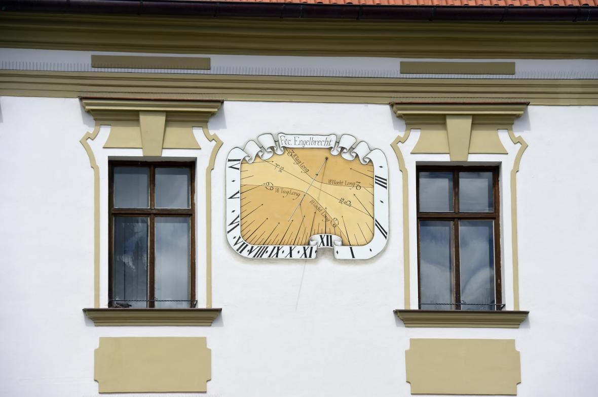 Jedny z obnovených slunečních hodin na budově radnice, které ukazují kromě času i roční období