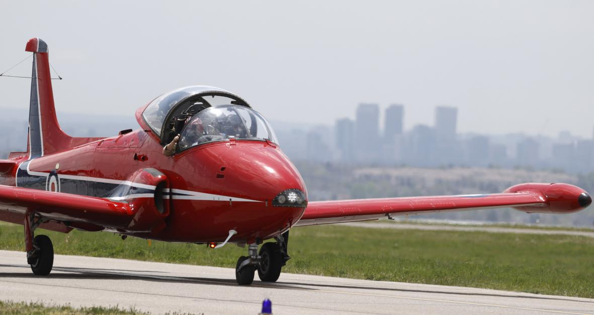 Piloti z Colorada věnují prostředky z letecké exhibice na podporu státu Colorado v souvislosti s bojem proti nemoci Covid-19