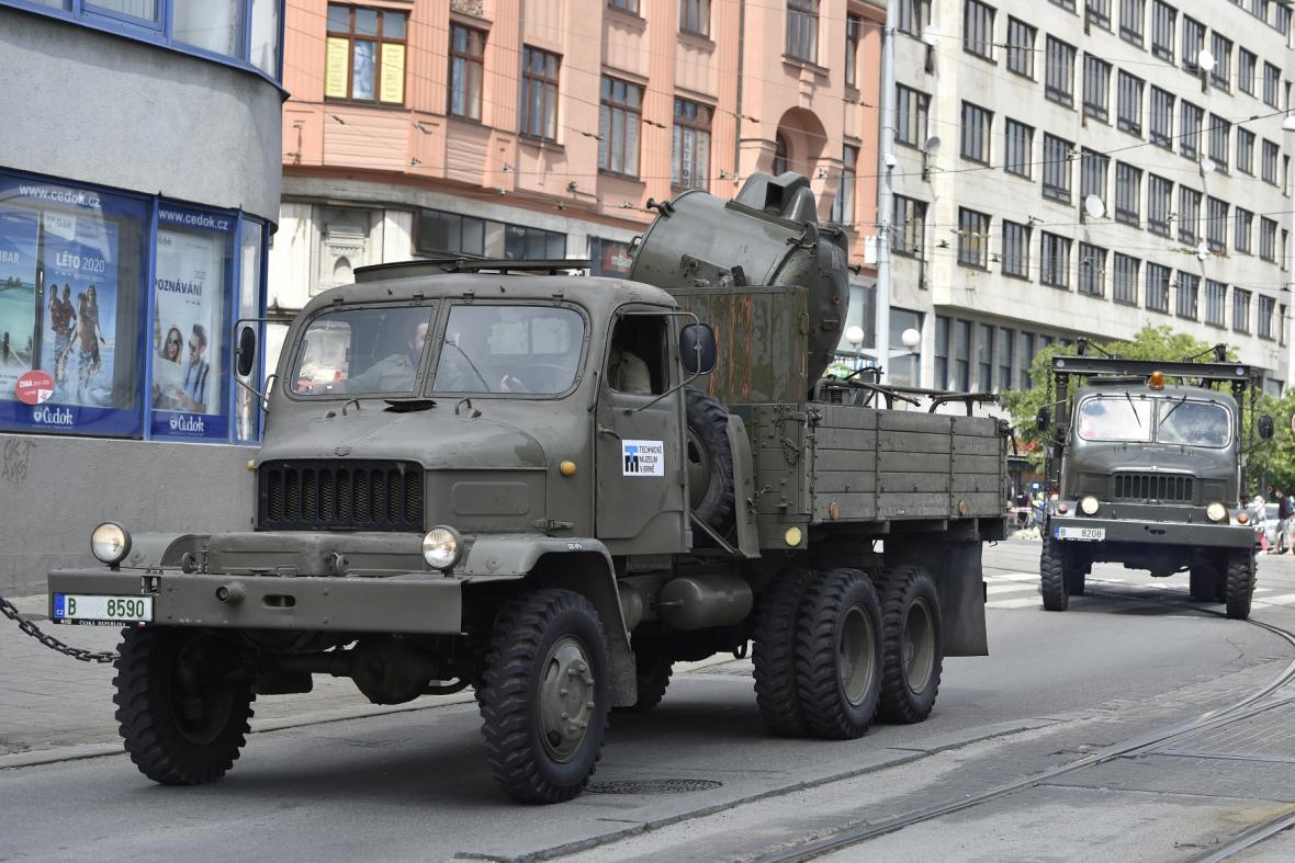 Do ulic brněnského centra vyrazila i vojenská vozidla.