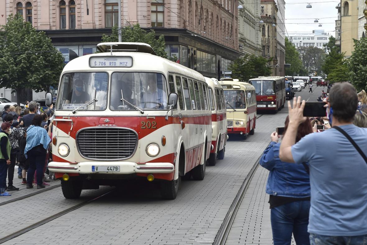 Historický autobus MHD projíždí centrem Brna.