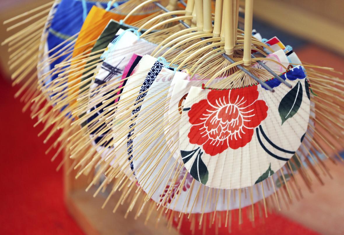 Výroba tradiční japonského vějíře Uchiwa