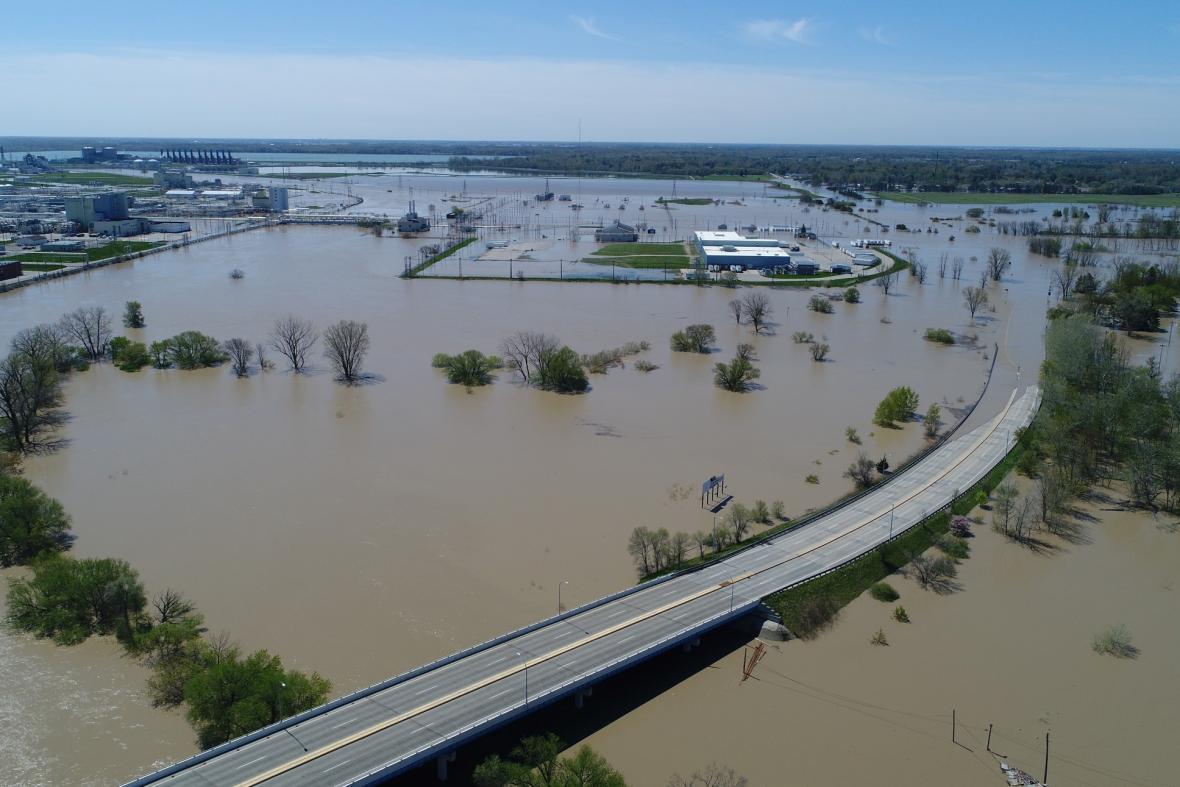 Silné deště způsobily protržení přehrad v okrese Midland v USA