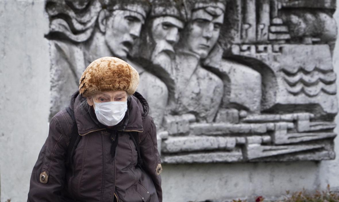 Žena s rouškou v ruském Petrohradu