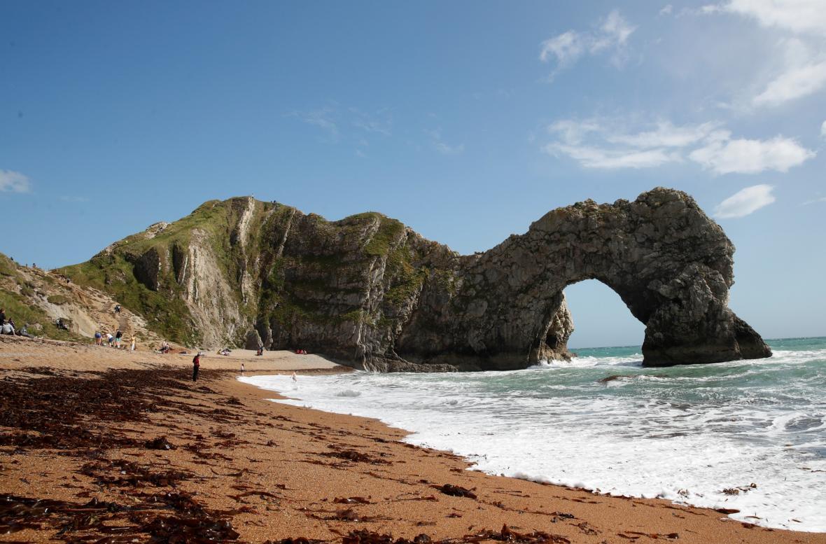 Pobřeží v jižní části Anglie Jurassic Coast navštěvují v době koronavirových opatření více turistů