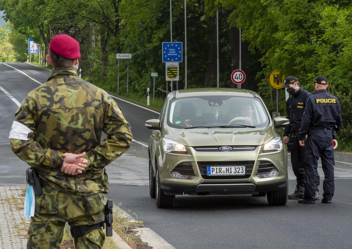 Auto přejíždí přes hraniční přechod Petrovice/Lückendorf na Ústecku