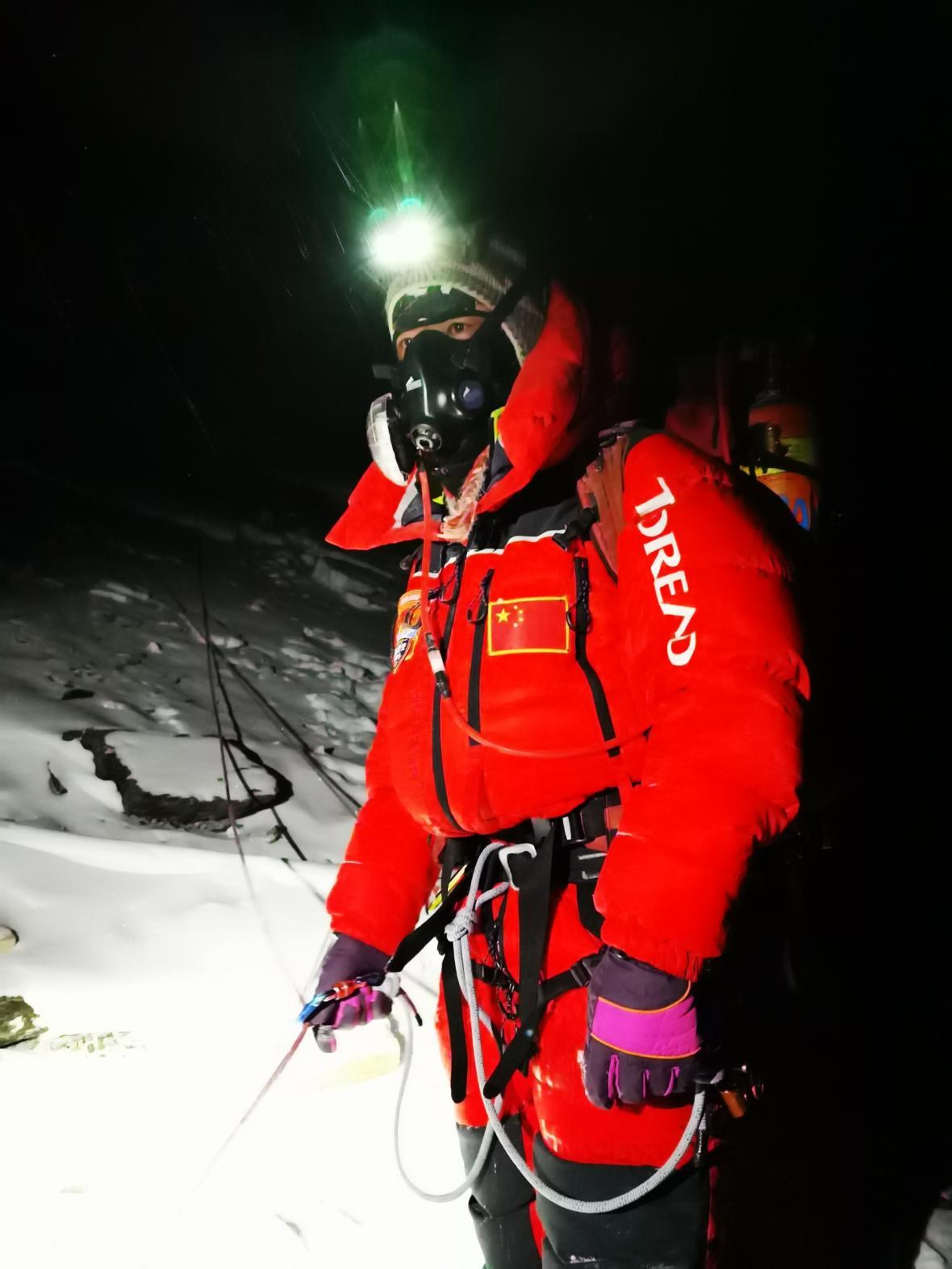 Tým čínských výzkumníků na vrcholu Mounth Everestu prováděl vědecká měření