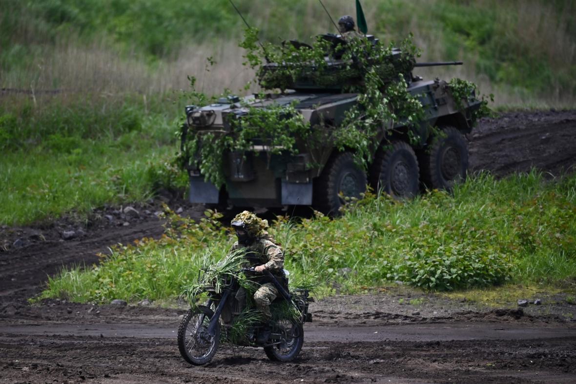 Cvičení pozemních obranných sil japonské armády v uzavřené vojenské oblasti u hory Fuji