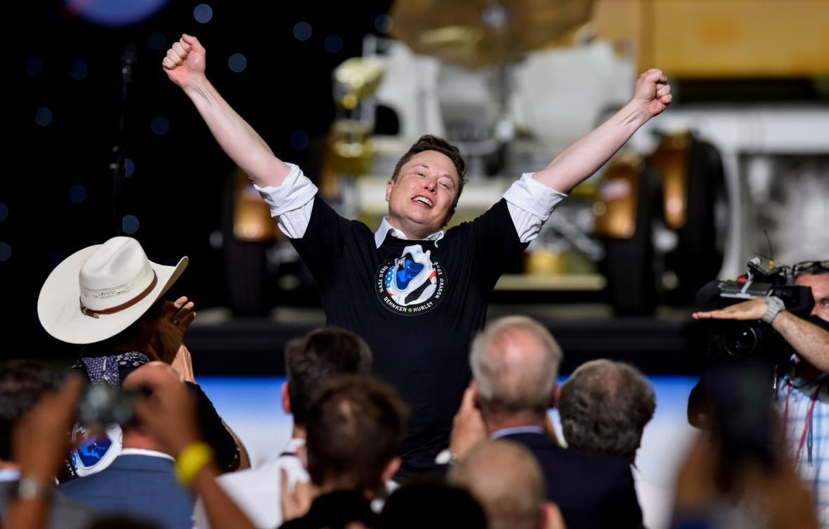 Elon Musk slaví první let Crew Dragon s lidmi