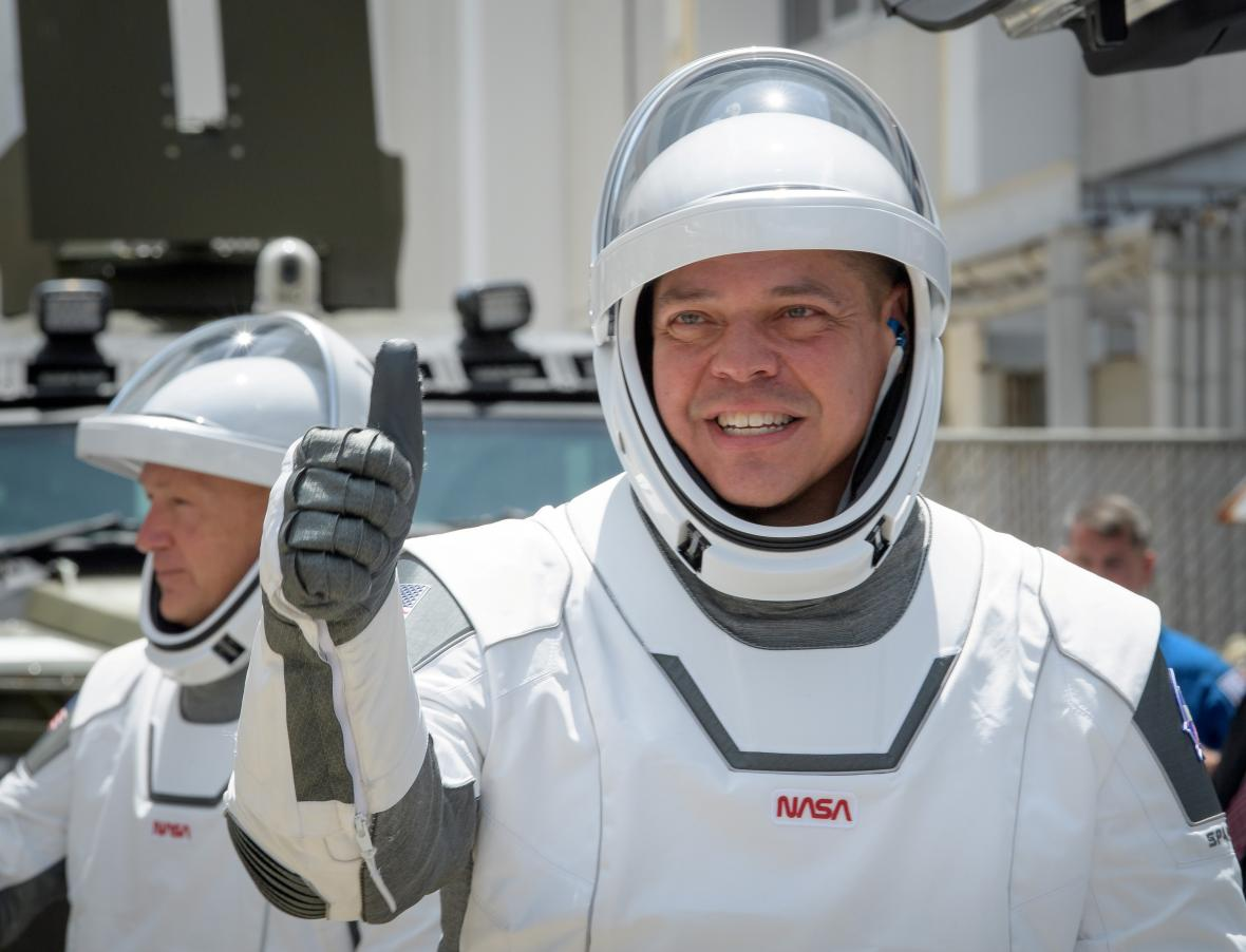 Robert Behnken (vepředu) a Douglas Hurley před prvním letem Crew Dragon s lidmi