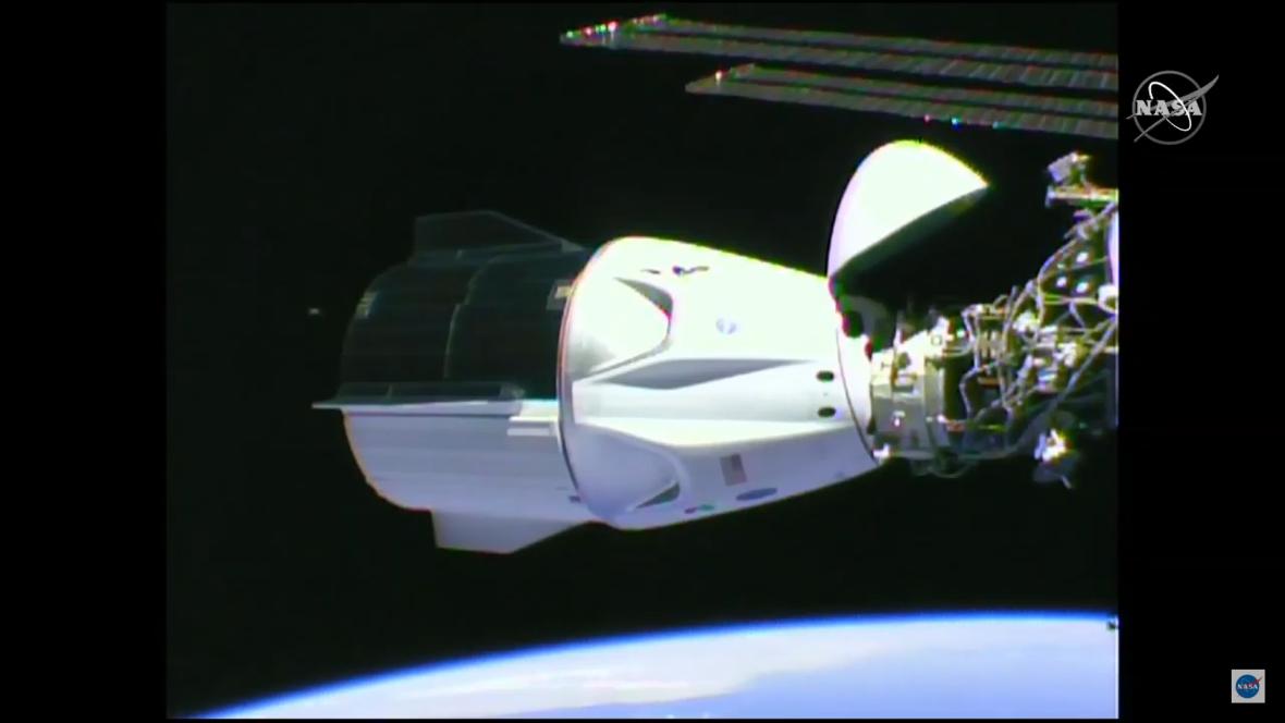 Crew Dragon spojený s ISS