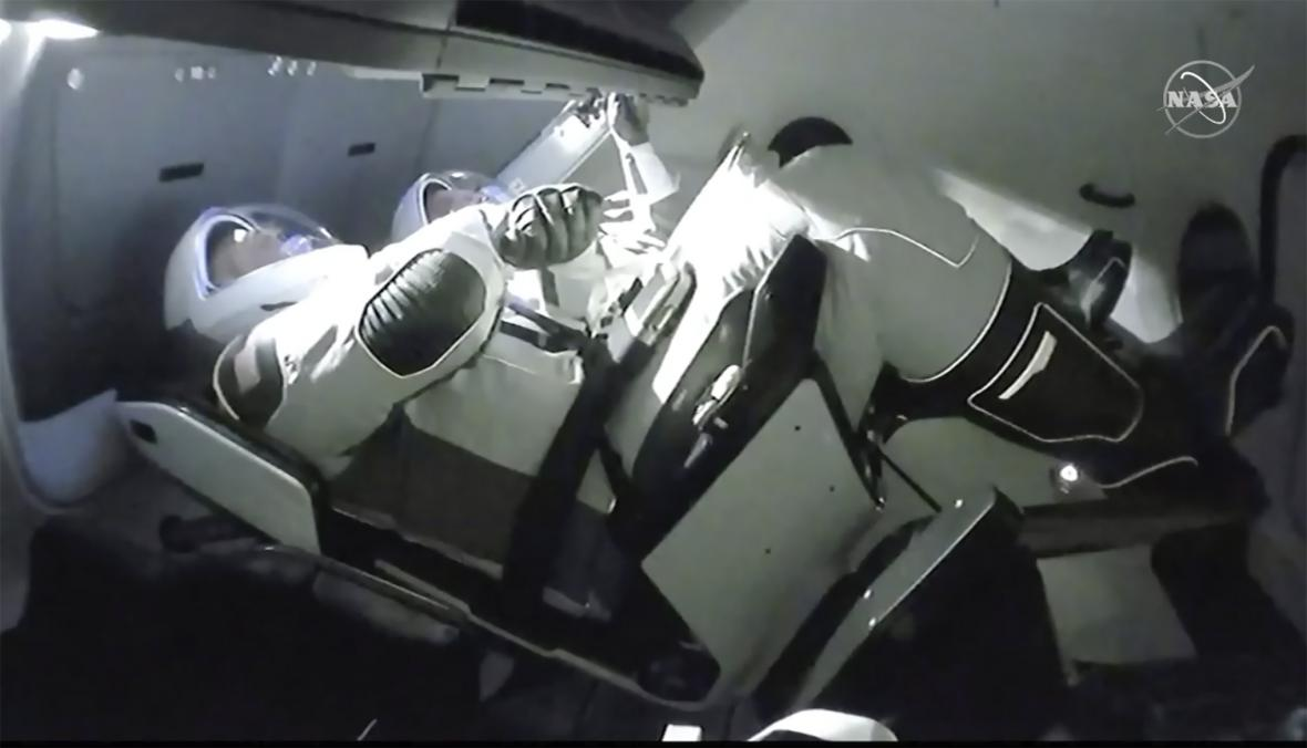 Robert Behnken a Douglas Hurley při prvním letu Crew Dragon s lidmi