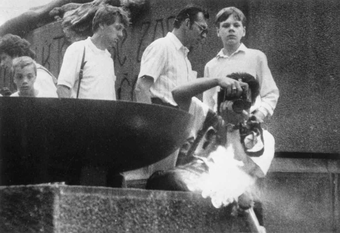 Pachatel bombu položil na pomník Mistra Jana Husa