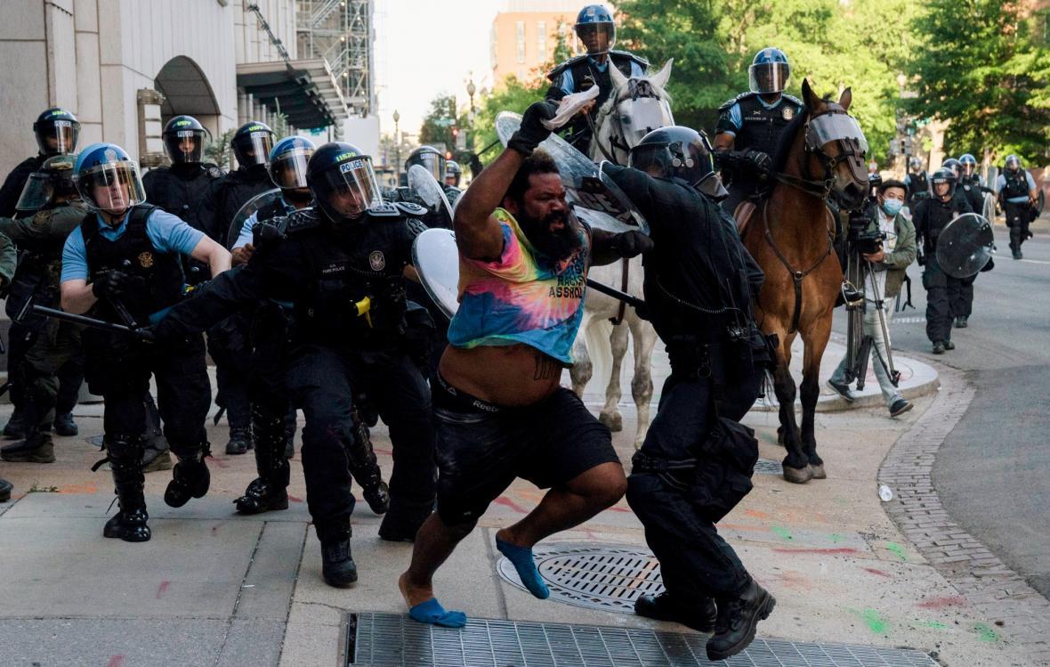 Protesty proti policii v důsledku smrti afroameričana George Floyda se rozšířili po celých Spojených státech amerických
