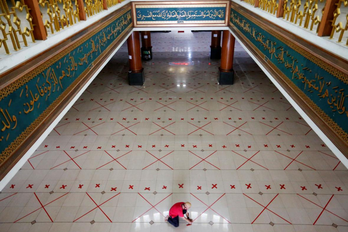 V Bekasi poblíž indonéské Jakarty se na pátečních modlitbách musí dodržovat vzdálenost na šířku dvou modlitebních koberečků