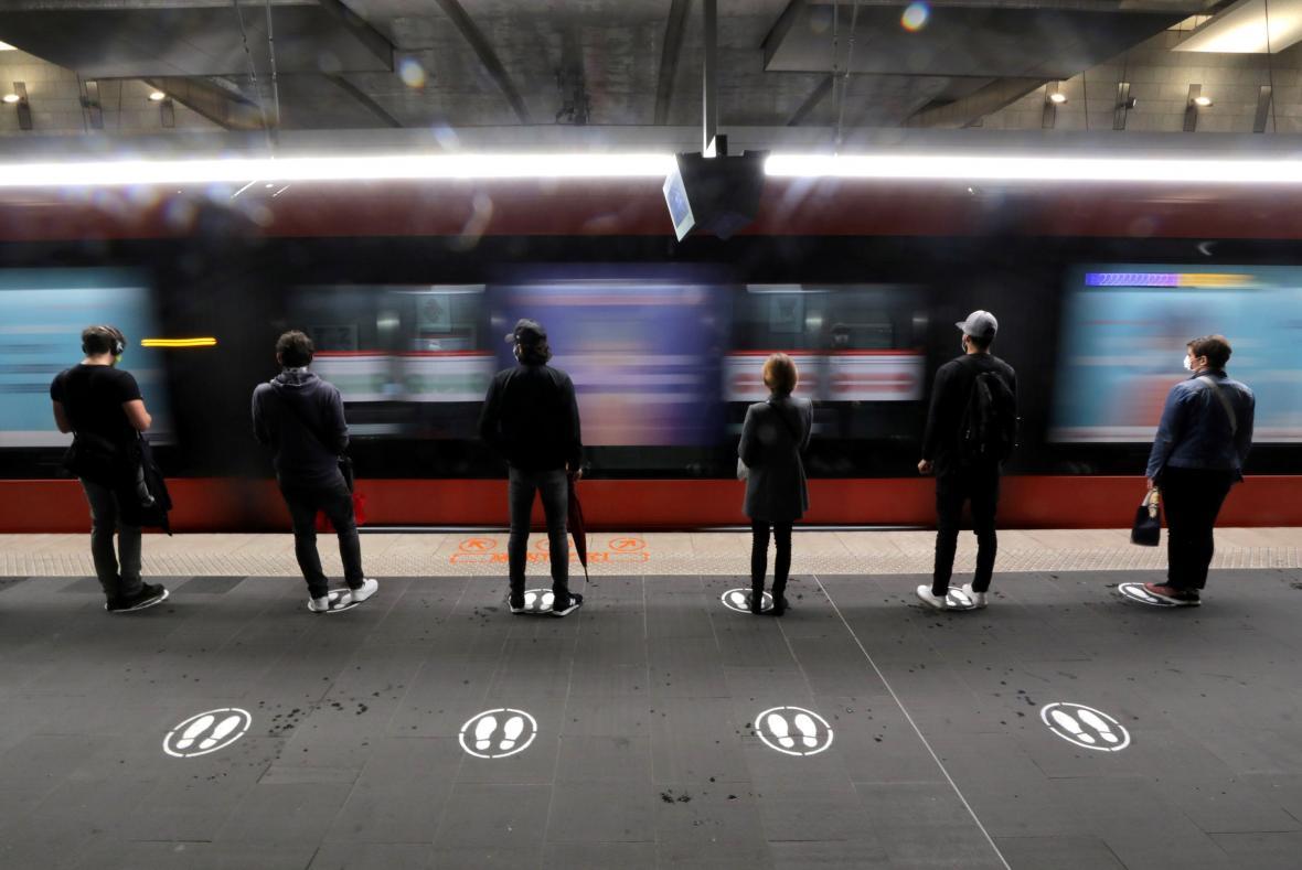 Ve francouzském Nice jsou na nástupištích tramvajových stanic nalepené značky ukazující správnou vzdálenost od dalších cestujících
