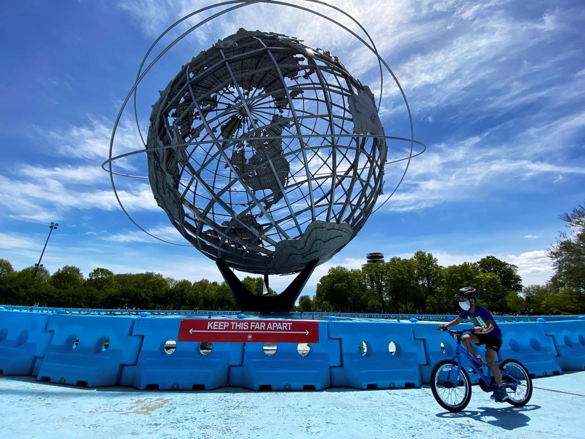 Ve Flushing Meadows Corona Parku v americkém Queensu ilustrují bezpečnost vzdálenost modré plastové zábrany