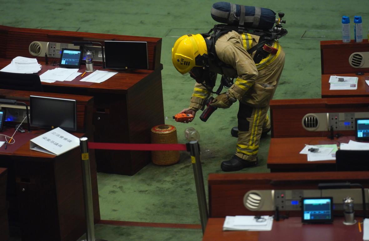 Projednávání zákona bylo přerušeno poté, co jeden poslanec do místnosti vhodil lahev s páchnoucí tekutinou