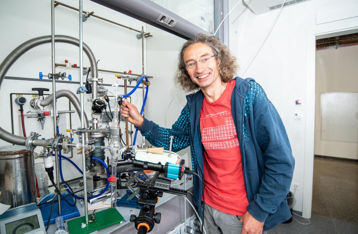 Chemik Pavel Jungwirth z Ústavu organické chemie a biochemie