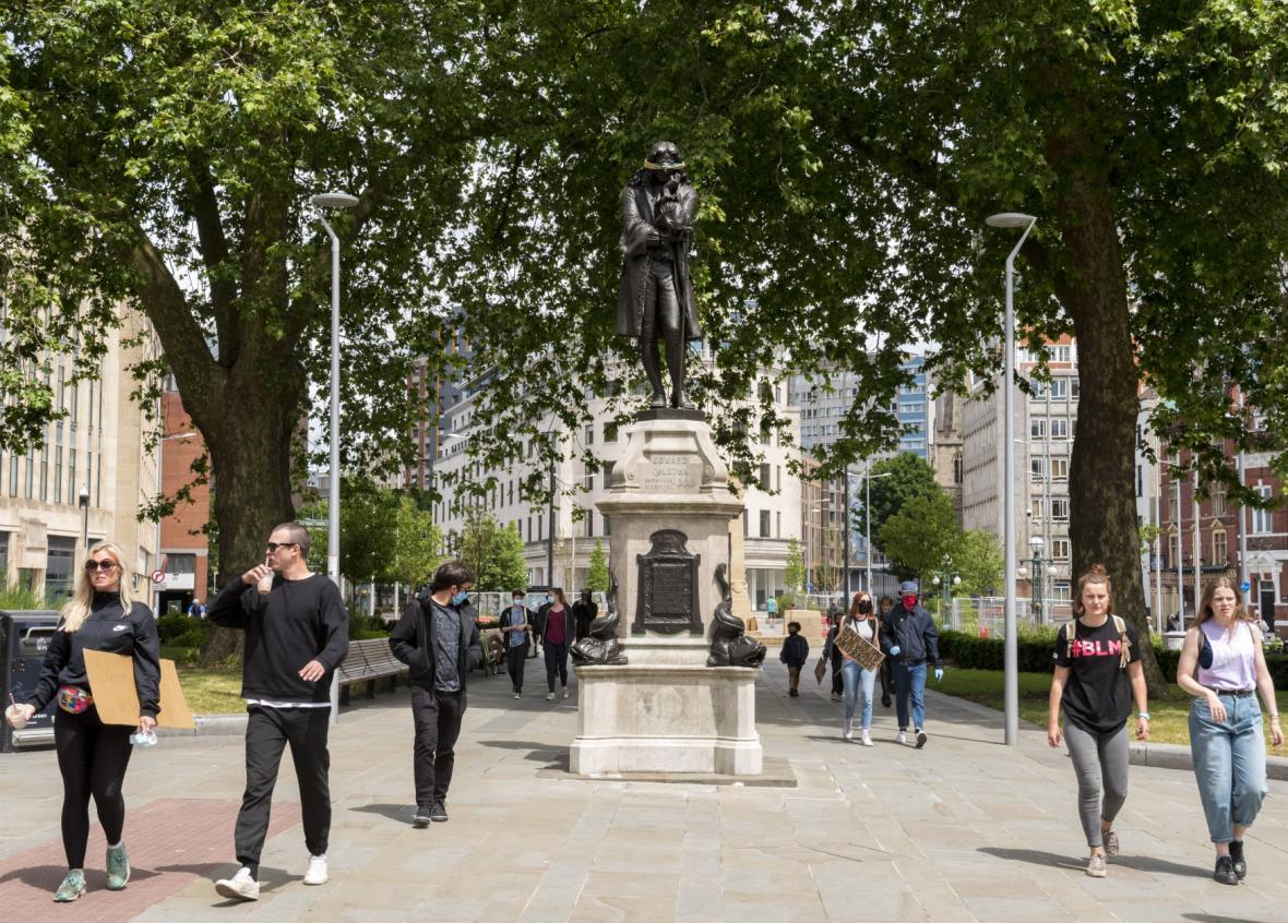 Svržení sochy Edwarda Colstona
