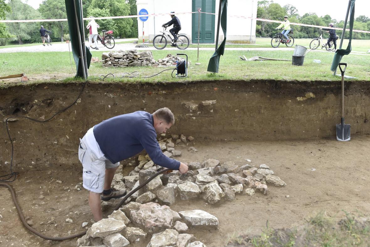 Archeologové odkrývají hradbu z 9. století