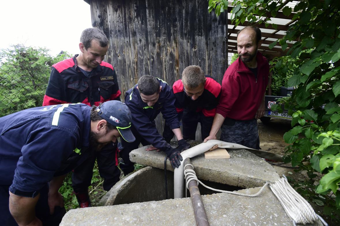 Likvidace následků povodní a pátrání po ženě z Oskvy
