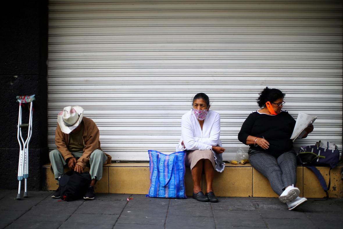 Lidé s rouškami v Mexiku