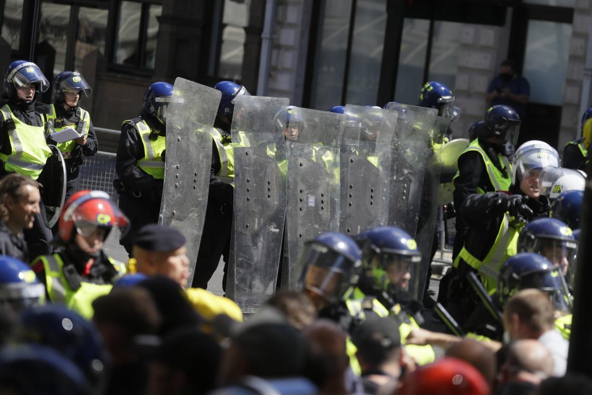 Britská policie zasahuje na demonstraci