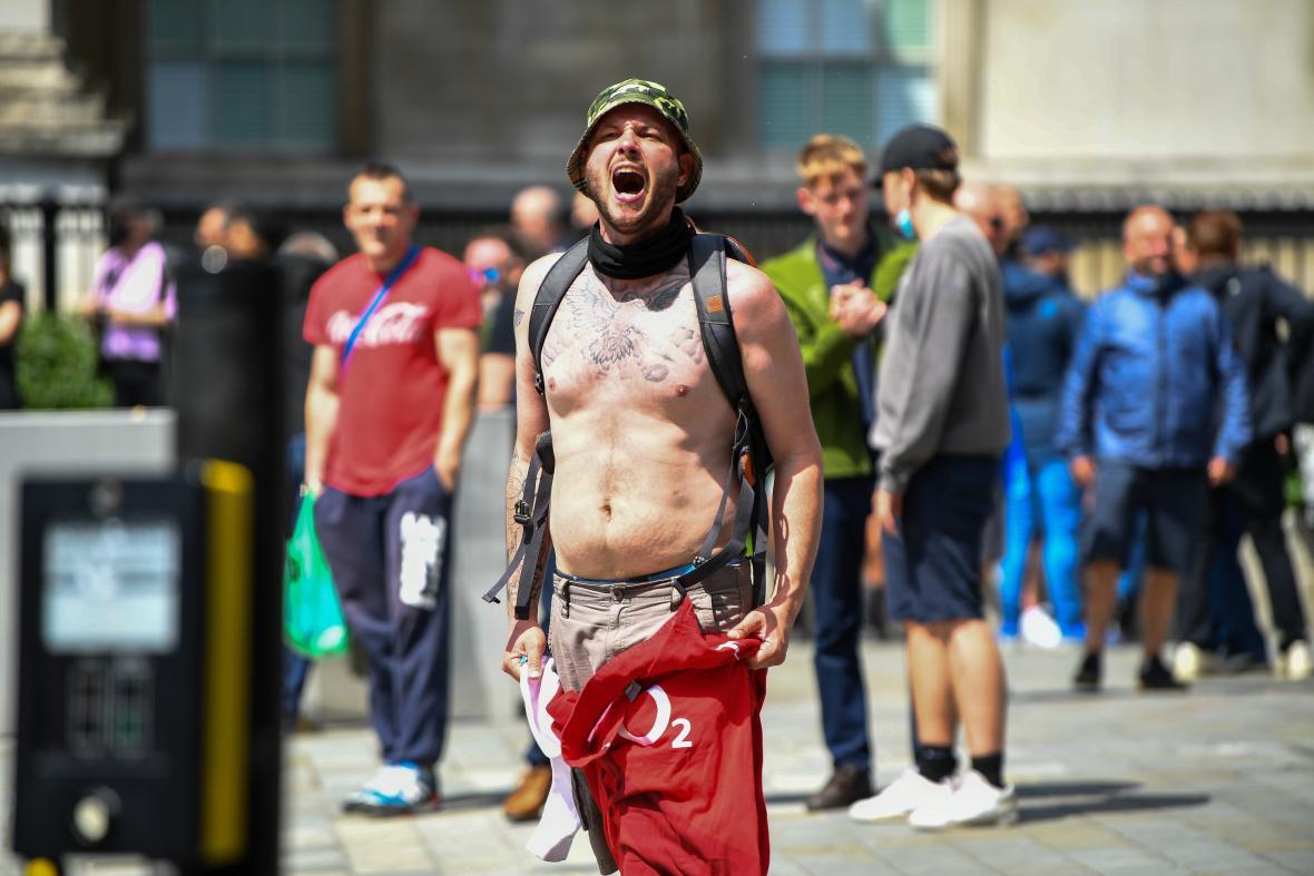 Protestující na Trafalgarském náměstí v Londýně