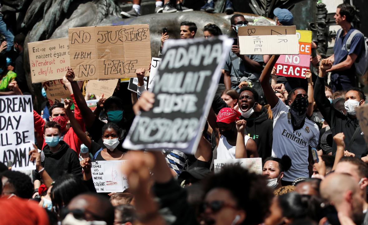 Protesty na náměstí Republiky v Paříži