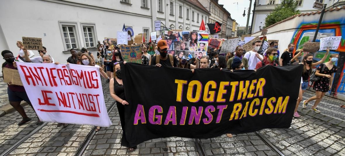 Protestující na pražském Klárově