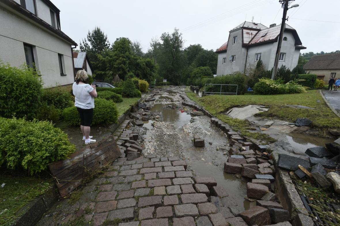 Ulice ve Vápenném Podole na Chrudimsku zaplavila voda z polí a vytrhala dlažbu